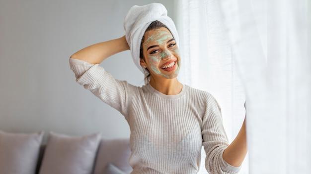Женщина aplying маска красоты, крупным планом