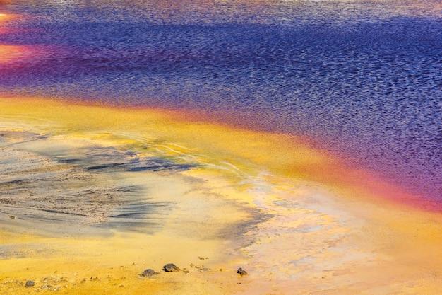 종말 풍경, 멀티 (노란색 보라색 빨간색) 호수의 환상적인 전망. 환경 오염. 지구 온난화 개념. 놀라운 추상 자연 배경입니다.