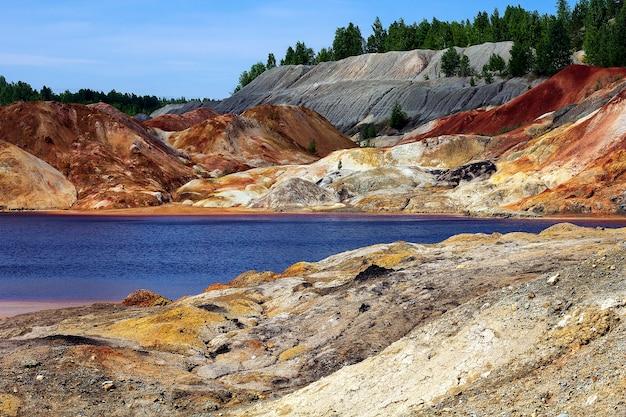 Апокалиптический пейзаж, похожий на поверхность планеты марс.
