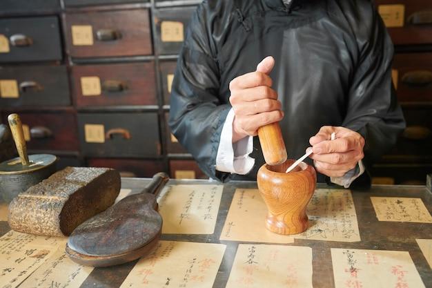 乳棒と乳鉢を使用した薬剤師
