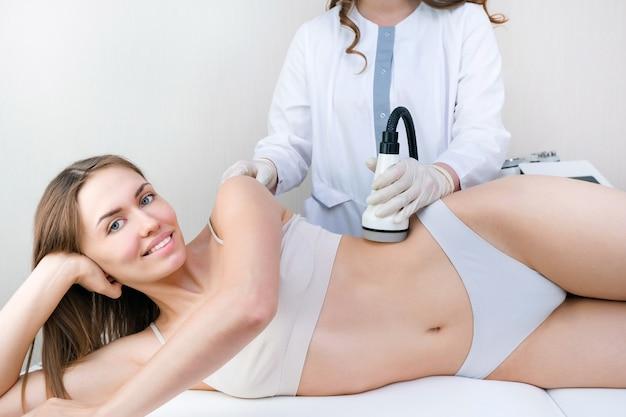 셀룰 라이트, 연소 및 지방 분해에 대한 신체의 장치 진공 마사지. 피부 관리 개념, 매끄러운 피부