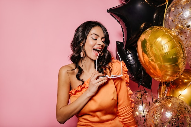 생일을 축하하는 매력적인 여성 모델