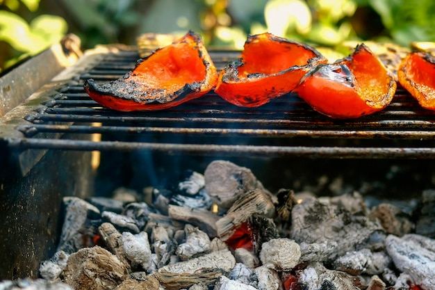 グリルやオープンバーベキューで調理した食欲をそそる野菜の赤ピーマン。ホットでおいしいベジタリアンまたはビーガンの健康食品。閉じる。屋外。