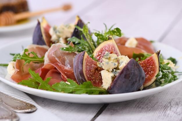 파르마 햄과 신선한 무화과가 들어간 블루 치즈를 곁들인 애피타이저 아루 굴라