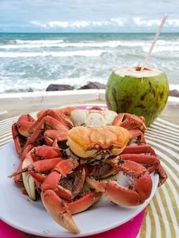 바다 앞 해변에서 게와 코코넛 물로 전채 요리. (caueira beach, sergipe, brazil)