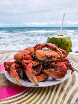 海の目の前のビーチでカニとココナッツウォーターを使った前菜料理。 (カウエイラビーチ、セルジッペ、ブラジル)