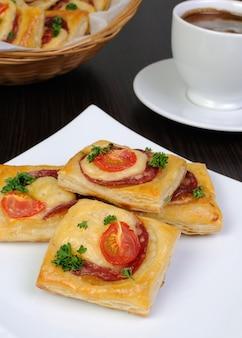 살라미 소시지, 치즈, 체리 토마토를 곁들인 퍼프 페이스트리 전채
