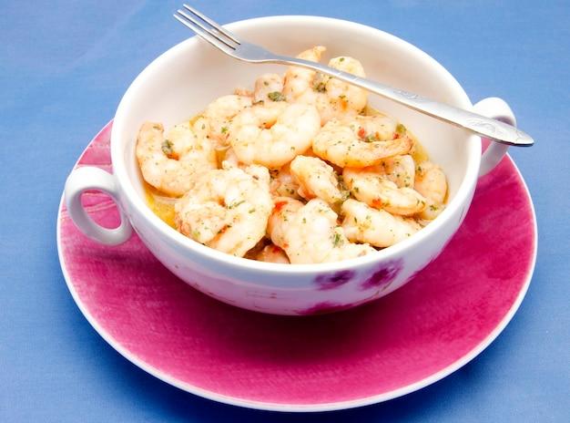 Закуска из креветок, приготовленных с чесночным соусом