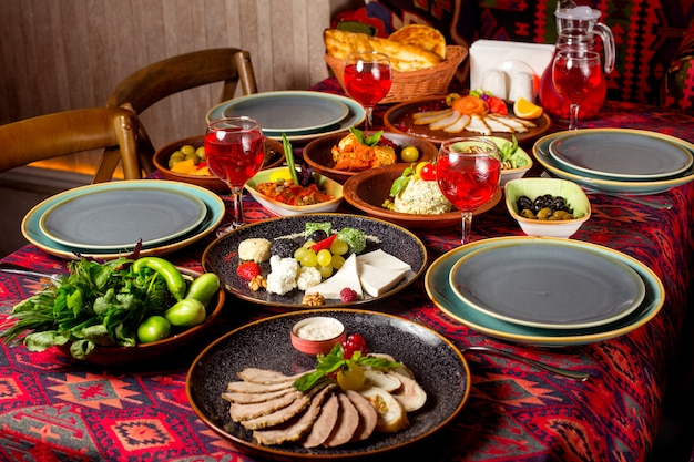 Antipasto con piatti a base di carne e formaggio, insalate mangal e olivier fresche