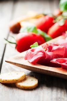 Закуска с итальянской брезаолой и помидорами