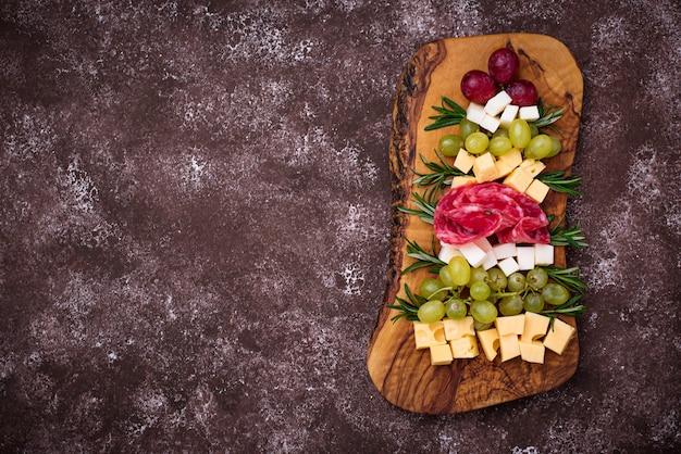 Тарелка закусок в форме елки.