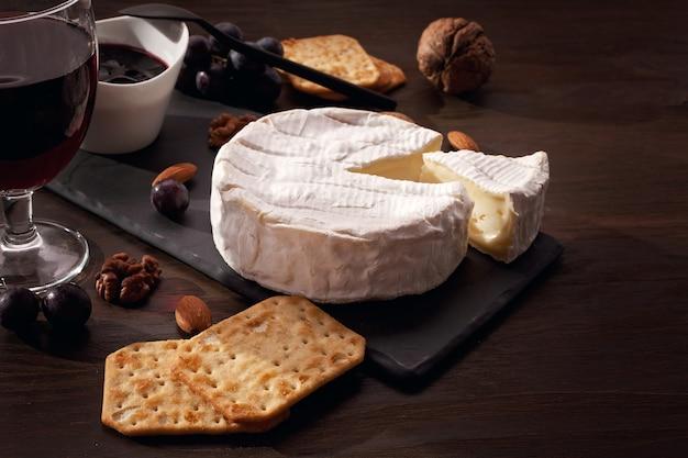 フレンチチーズカマンベールとブドウのビュッフェ式食前酒パーティーの前菜テーブル