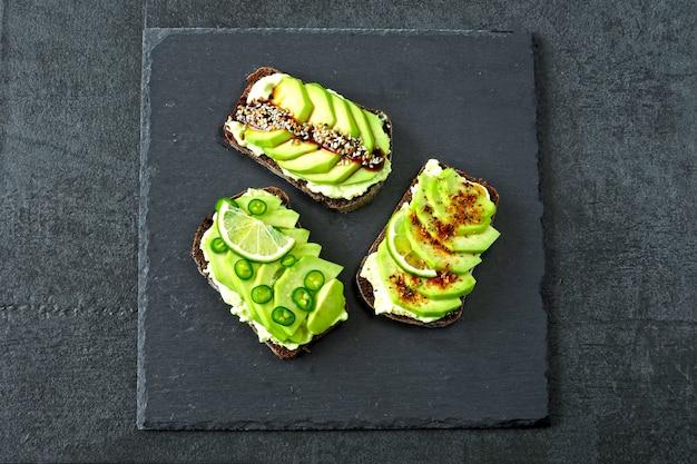 Аппетитные тосты из авокадо с красивыми начинками.