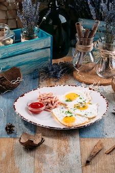 ケチャップで食欲をそそる朝食目玉焼き