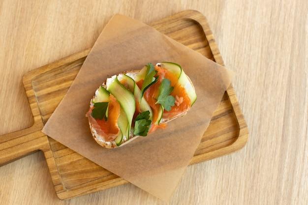 통 곡물 빵과 붉은 생선, 두부 치즈, 얇게 썬 오이로 만든 식욕을 돋우는 브루스케타 샌드위치