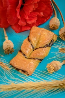 水色の花で飾られたケシの食欲をそそるお団子。自家製ケーキのある美しい静物。