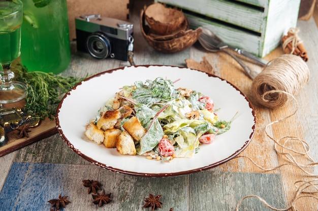 Аппетитный салат цезарь с крекерами
