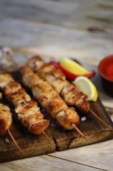 Аппетитные куриные шашлычки на деревянных палочках.