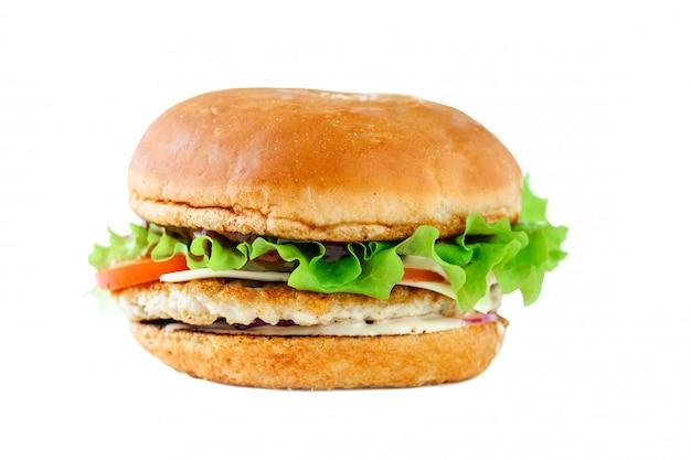 白い背景に食欲をそそるチキンバーガー