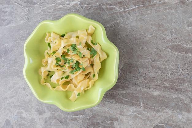 대리석 위에 식욕을 돋우는 고전적인 이탈리아 스파게티 파스타.
