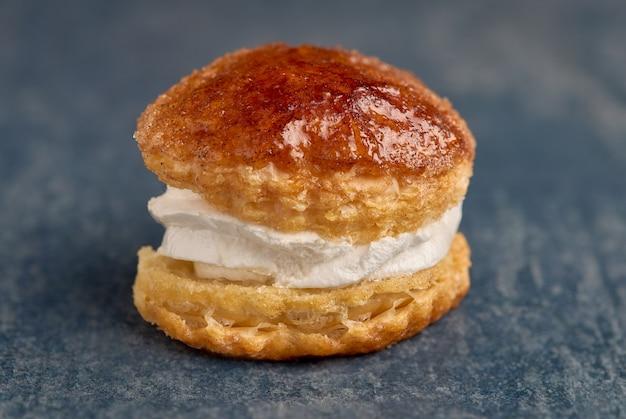 食欲をそそるクリーム入りのパイ生地。