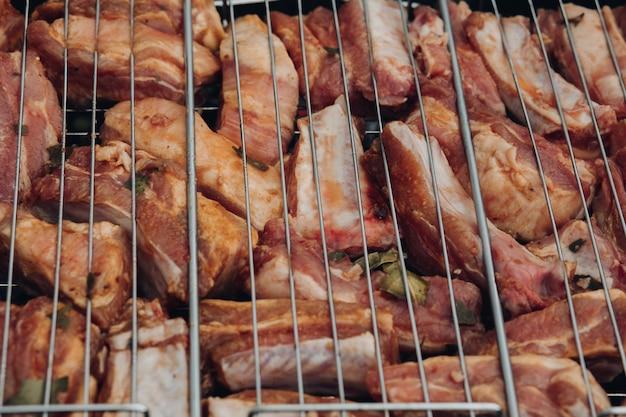 グリルで調理する食欲をそそる新鮮な豚肉