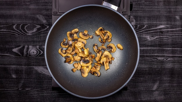 調理中に鍋に鶏肉を入れた食欲をそそる揚げきのこ。