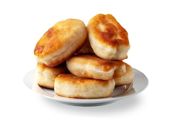 白で隔離の大皿に食欲をそそる揚げパイ