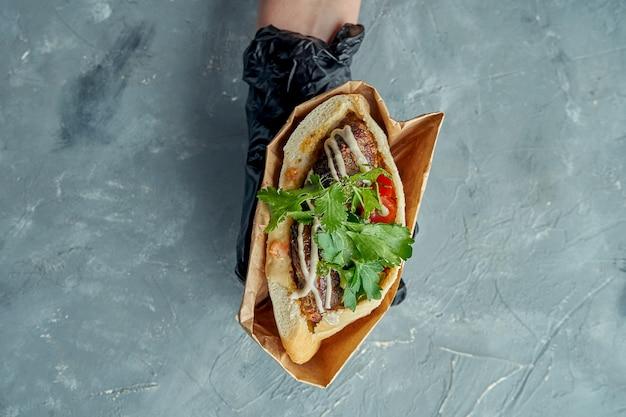 食欲をそそるギリシャのピタサンドイッチ、ケバブ、コリアンダー、チェリートマト、ホワイトソース