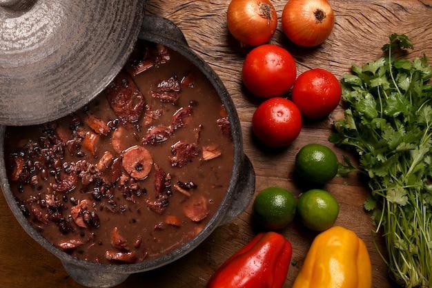 Аппетитный здоровый рис с овощами в белой тарелке на деревянном фоне. рисовый цвет