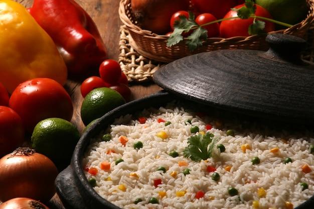 나무 테이블에 흰 접시에 야채와 함께 식욕을 돋 우는 건강한 쌀