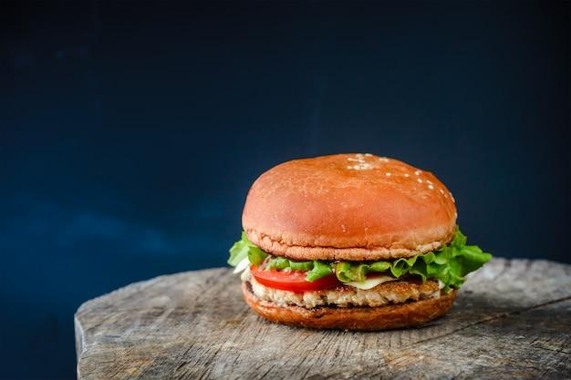食欲をそそる自家製ハンバーガー、木製のテーブル