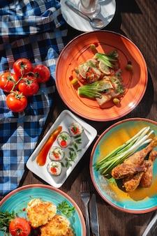 아름다운 설정, 밝은 조명으로 테이블에 식욕을 돋우는 수제 스시 롤