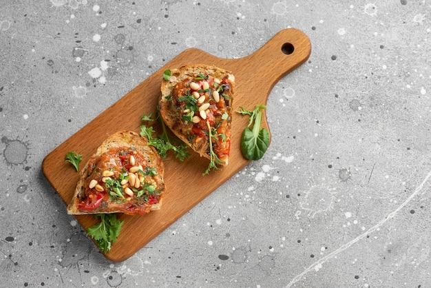연어, 카포 나타, 소고기 타르타르를 곁들인 식욕을 돋우는 이탈리아 애피타이저 브루스케타