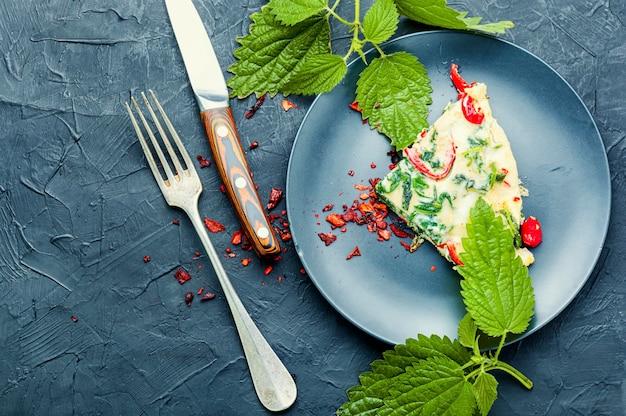 新鮮なハーブとイラクサを使った食欲をそそるイタリアンオムレツ。イタリア料理。