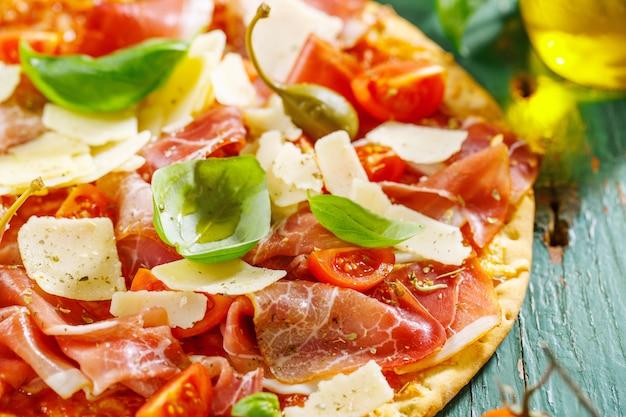 Аппетитная итальянская пицца с прошутто