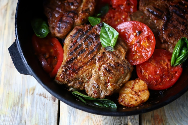 Аппетитный сочный стейк на гриле с овощами гриль на сковороде