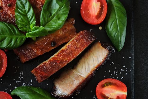 石板で食欲をそそる肉ステーキ