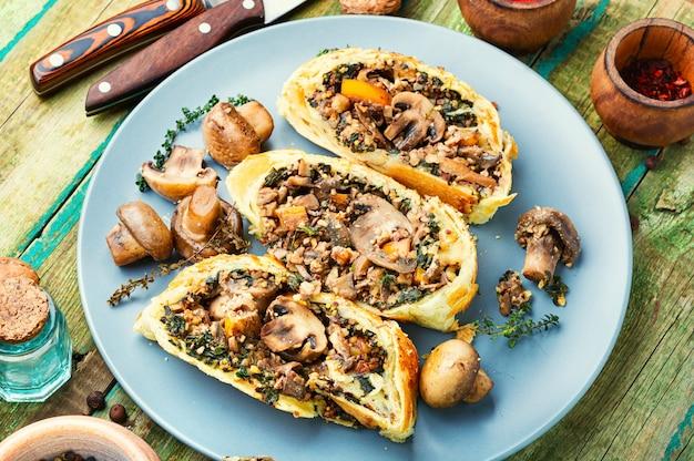 Аппетитный грибной пирог или веллингтонский гриб. английская кухня