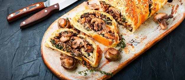 Аппетитный грибной пирог или веллингтонский гриб. английская домашняя кухня.