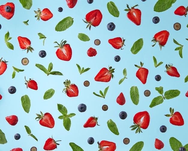 ブルーベリーイチゴとグリーンミントの葉の食欲をそそるパターン