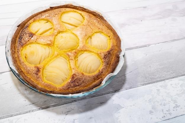 フランスの昔ながらの家庭で作られた食欲をそそる梨のタルト