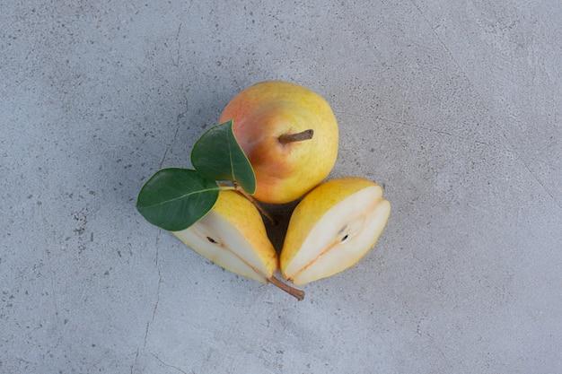大理石の背景に表示される食欲をそそる梨。