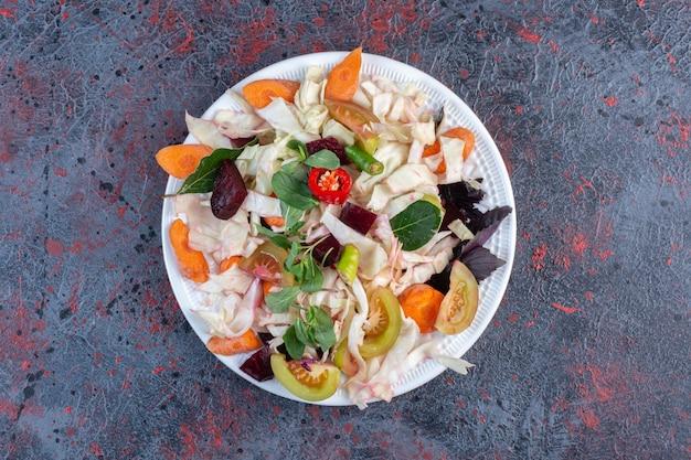 블랙 테이블에 표시되는 식욕을 돋우는 피클 플래터.