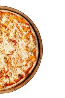 식욕을 돋 우는 피자. 전통적인 이탈리아 요리입니다. 평면도. 흰색 배경에 고립. 텍스트를 위한 공간입니다. 수직의.