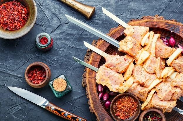 マリネで食欲をそそる生の豚肉の串焼き。生のシシカバブ。スパイスを使ったバーベキュー肉