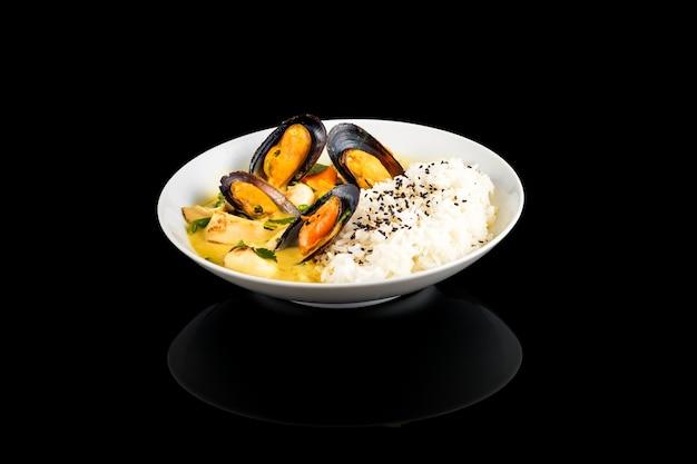 Аппетитный рисовый вок с кальмарами и мидиями