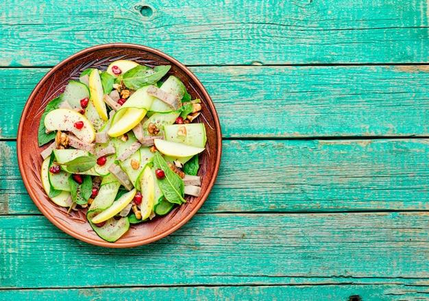野菜、果物、肉の舌の食欲をそそるサラダ。ダイエット食品。
