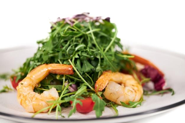 아루 굴라 토마토와 맛있는 새우를 곁들인 식욕을 돋우는 샐러드