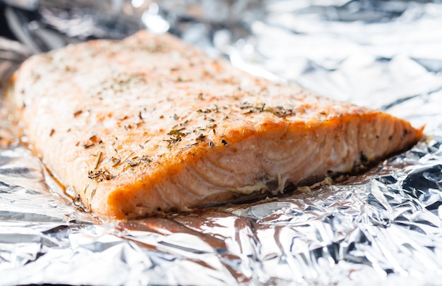 알루미늄 호일에 허브와 함께 구운 먹음직스러운 연어 스테이크